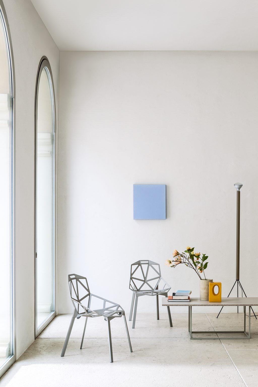 Biennale Interieur - Belgium's leading design and interior event - Magis_chair_one_ambient_mono_sd5460_grey_01_hr.jpg
